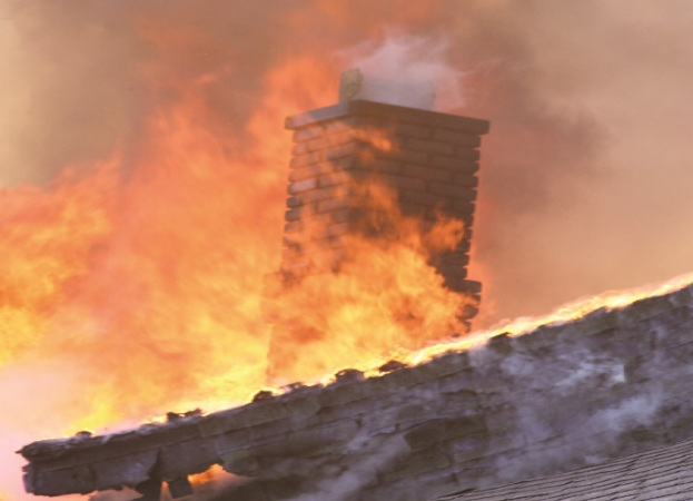 Casă afectată de un incendiu produs la Goleşti, în satul Popești