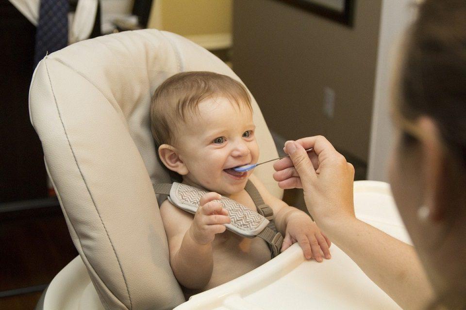 Scaune de masa pentru cei mici de la Babyneeds prevazute cu sistem anti-alunecare