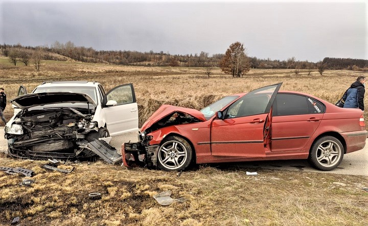 Accident Targu Gangulesti doua autoturisme in coliziune frontala