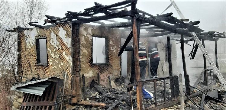 Casa afectata de un incendiu izbucnit in Berbesti
